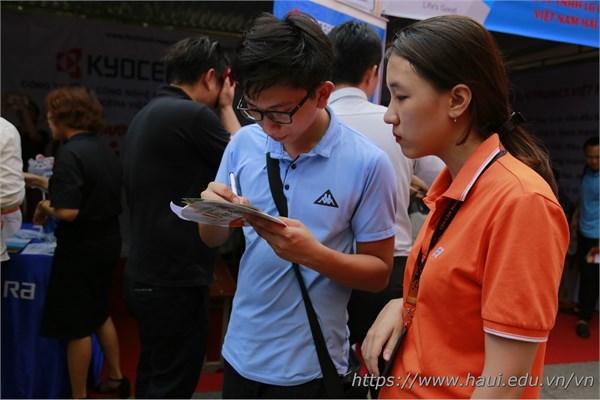 Quyết định ứng tuyển vào Công ty Cổ phần FPT, bạn Trần Trung Kiên - sinh viên năm cuối Khoa CNTT đang được nhân viên tư vấn FPT chia sẻ nhiều thông tin hữu ích